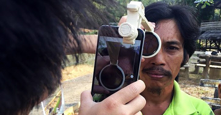 Man getting an eye exam with a 3D adapter. Image credit: OphthalmicDocs
